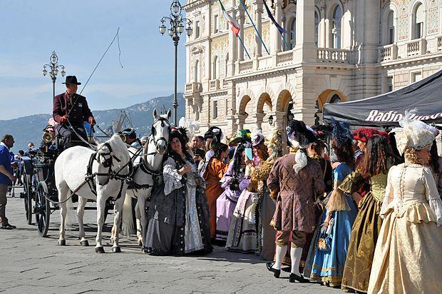 Obdobje habsburške monarhije so predstavili tudi primerno  oblečeni gospodje in dame.
