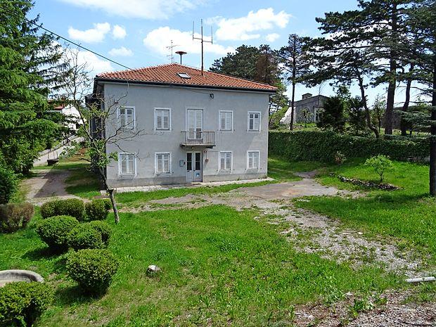 Občina Divača bo stavbo ob Kraški cesti, v kateri je bila dolgo  policijska postaja, kmalu prodajala na dražbi.