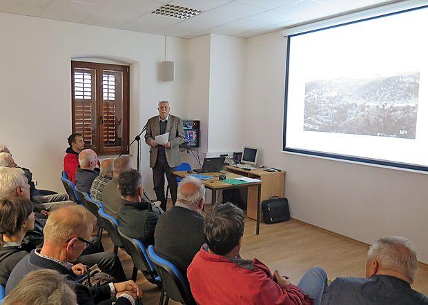 Igor Dolenc je s pomočjo fotografij in arhivskih dokumentov  poslušalcem v dutovski Bunčetovi domačiji predstavil zgodovino železniškega omrežja v Dutovljah in okolici.