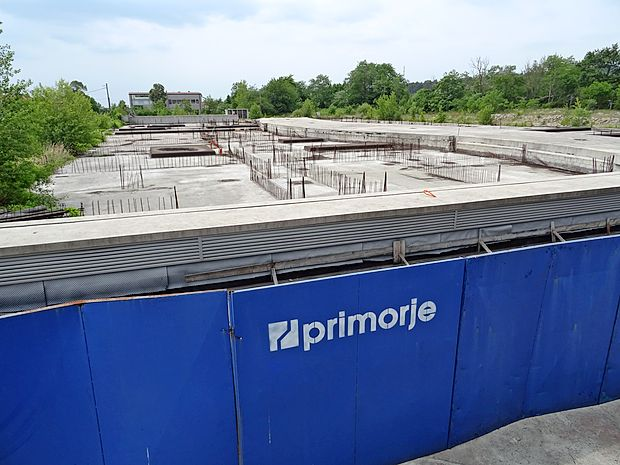 Pogled na gradbeni plato, kjer je nameraval Stavbenik  zgradili še kakih 130 stanovanj. Zdaj stečajni upravitelj  podjetja išče nove investitorje.
