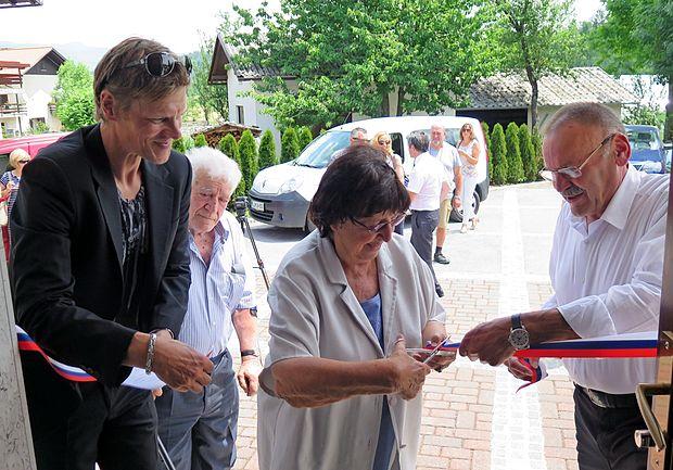 Tako so prerezali trak ob otvoritvi ambulante (od leve) -  Robert Pavšič iz postojnske občine, Aleksander Doplihar,  Anica Mikuš Kos in Želimir Božič.