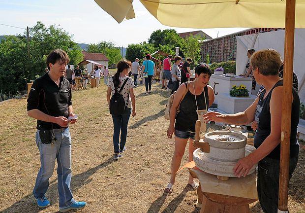 Festival kamna je pomemben, saj ne združuje le obrtnikov in  podjetij, ki se ukvarjajo s kamnom, ter oblikovalcev, ampak si  njihovo delo lahko ogledajo tudi potencialni kupci.
