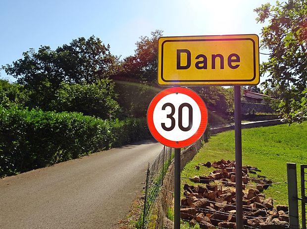 Zaradi ozkih cest v strnjenem naselju ni omejena le hitrost  vožnje skozi Dane pri Sežani, pač pa tudi gradnja hiš.