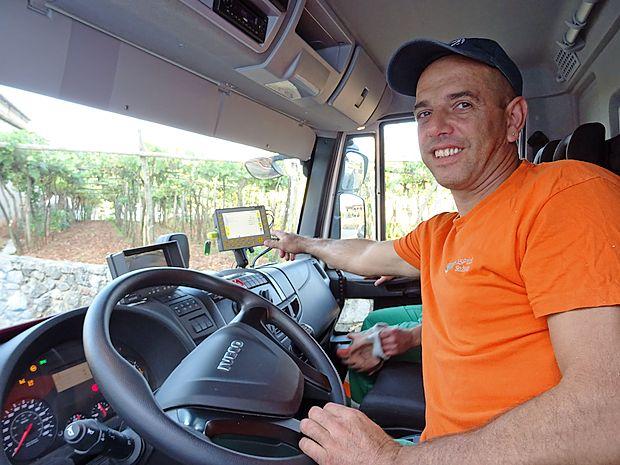 Stojan Erman v tovornjaku kaže na monitor s potjo, ki jo  zarisujejo čipirani zabojniki; a ga ne potrebuje, saj vse lokacije  zabojnikov dobro pozna.