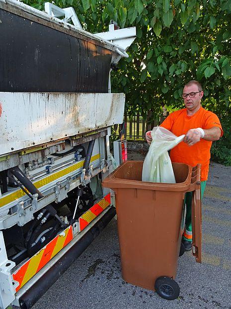 Erik Šuligoj je v izpraznjene zabojnike za biološke odpadke  namestil še razgradljive vreče, ki vsaj malo ubranijo posode  pred umazanijo.