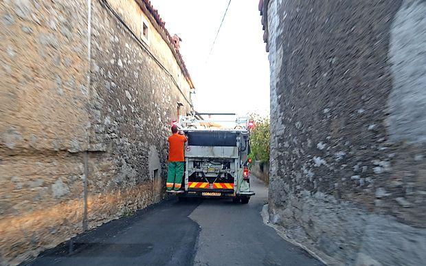 Ozke ulice kraških vasi terjajo obilo voznikove spretnosti.