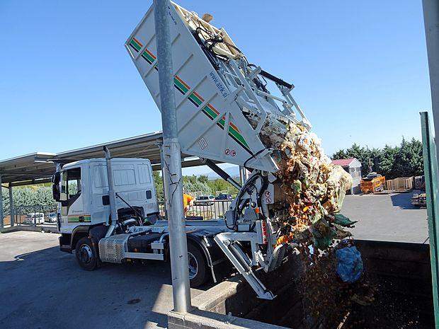 """Že dobro prebavljene biološke odpadke je """"mala smetarka""""  spustila v večji zabojnik. Nato jih bodo odpeljali na kompostiranje na Vrhniko."""