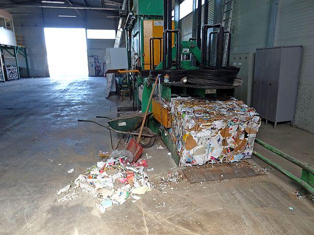 Velika preša s 50 tonami pritiska stiska odpadke  v kockaste  bale. Paket tako stisnjenega papirja tehta kar 600 kilogramov.