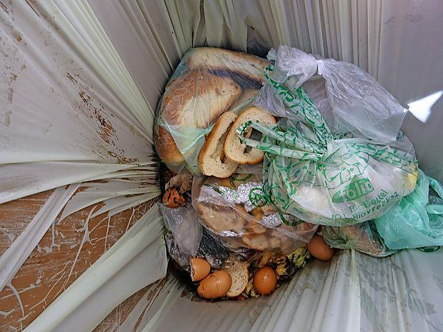 Biološki odpadki so zgledno ločeni. Žalostno pa je, da je med  njimi še veliko kruha in druge hrane.