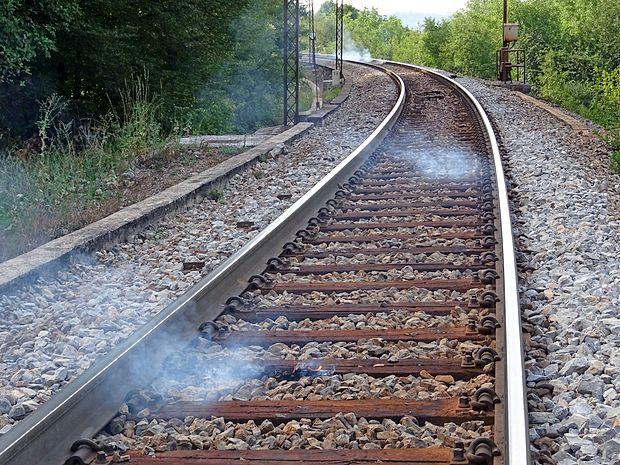 Tako so bili ogenjčki posejani po železnici pri Kačičah prejšnji  teden; nekaj jih je preraslo v velik požar. Da se to ne bi  ponovilo, želijo preprečiti s presekami, potmi in zidovi.