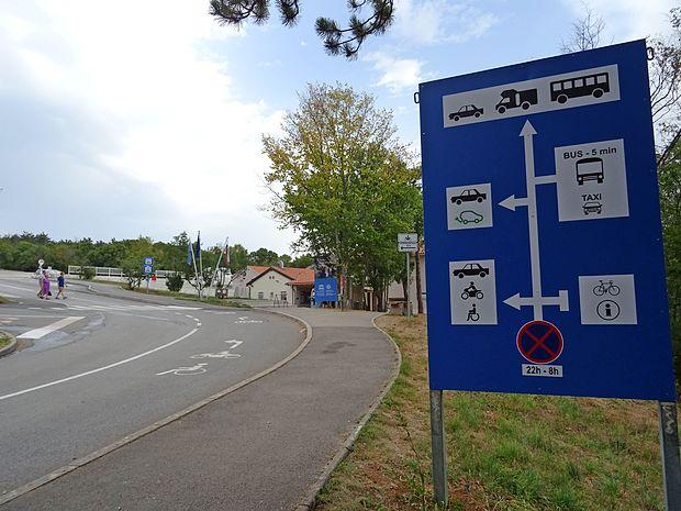 Na usmerjevalni tabli na parkirišču Parka Škocjanske jame  vozniki avtodomov hitro spregledajo, da ponoči tam ne  smejo ostati. Jih pa na to opozori naravovarstvena služba.