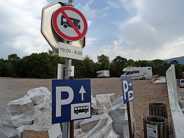 V sprejemnem centru Parka Škocjanske jame smejo avtodomi parkirati le podnevi; prenočiti tam ne smejo.