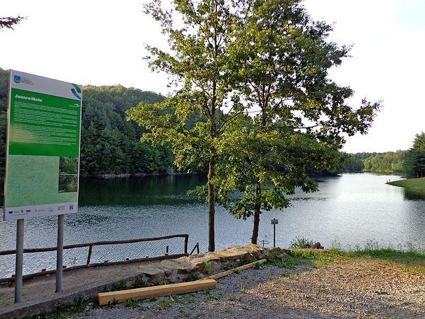 Jezero Mola privablja vse več turistov, a  ribiči pravijo, da ne želijo množičnega turizma.