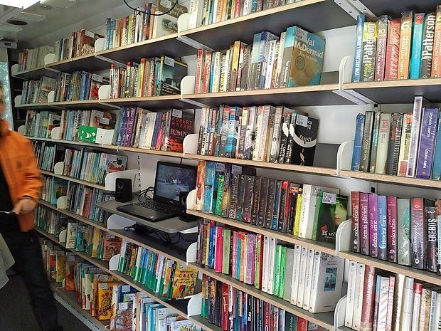 V novi potujči knjižnici je na voljo skoraj 500 knjig in drugih  gradiv.