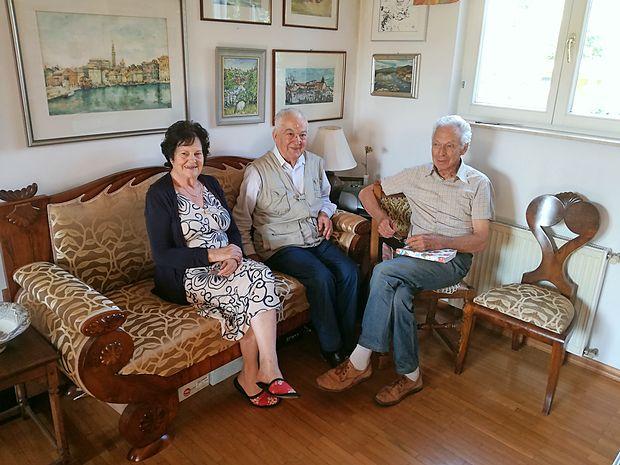 Da sta Janez (na sredini) in Jože Pegan ponosna na svoje  korenine v Senožečah, dokazuje tudi skrbno obnovljena zofa    (na fotografiji na njej poleg Janeza sedi še Jožetova žena  Vlasta), ki  je bila še od njunega starega očeta, ta pa jo je dobil  na senožeškem gradu.