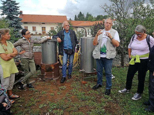 Na Belajevi domačiji so letos nabavili destilator, s katerim so naredili več  poskusov  pridobivanja eteričnega olja  iz šetraja.  Biolog Bogdan Macarol  (na fotografiji drugi z desne) je razložil, da šetraj da manj eteričnega olja kot  denimo sivka.