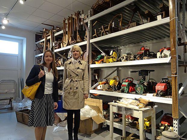 Irena Uršič (levo) in Natalija Polenec v depojski zbirki gozdarske tehnike  Tehniškega muzeja Slovenije.