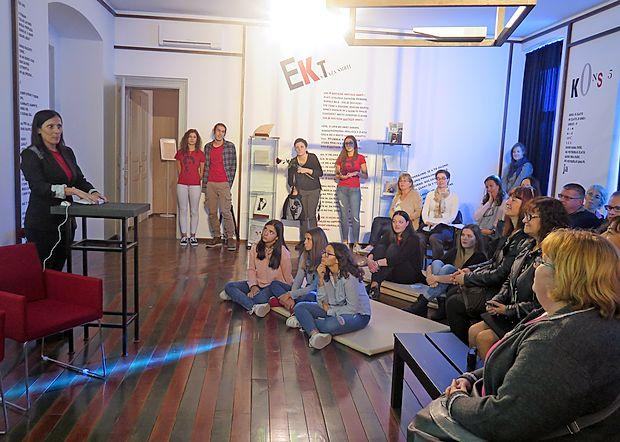 Mentorica Maja Prešern je zbranim v Kosovelovi sobi predstavila, kako je nastala pesniška  zbirka. Prireditve so se udeležili tudi prevajalci.