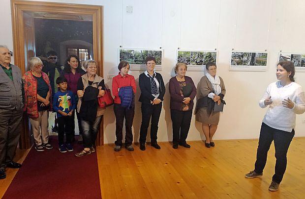 Avtorske fotografije članov odbora za varstvo kulturne dediščine na premski razstavi  prikazujejo detajle ruševin in  obnovljenih mlinov na reki Reki, ki jih je bilo nekoč vsaj 40. O  pomenu razstave je spregovorila Anu Kahuna (prva z desne).