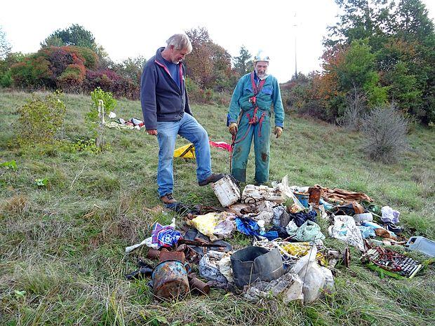 V torek sta Janko Brajnik (levo) in Franci Malečkar iz  jame v  Materiji potegnila osem vreč odpadkov. Med njimi so bile   živalskih kosti,  kosovni odpadki in industrijska embalaža. Na  dnu jame ostaja še debela plast smeti in nekaj poginulih  psov.