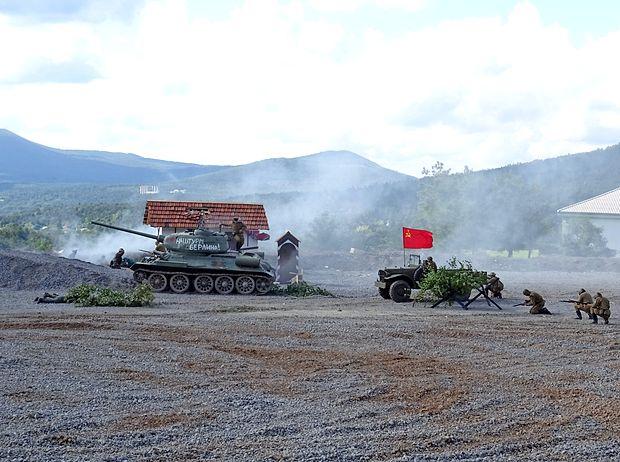 Na prizorišče so se pripeljali s tanki, puške so streljale slepe  naboje, za močnejše eksplozije in dim so poskrbeli pirotehniki.