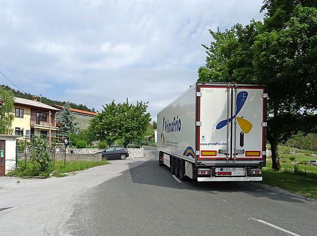 Tovornjaki na ozki cesti pogosto zaidejo čez sredinsko črto,  kar je zlasti v naseljih in na ovinkih zelo nevarno, opozarjajo  domačini iz Famelj.