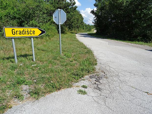 Cesto proti Gradišču pri Divači bodo do začetka prihodnjega  leta temeljito prenovili.