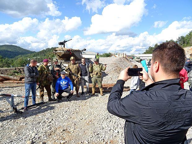 Tako so obiskovalci izkoristili trenutek, da se lahko fotografirajo z vojaki iz druge svetovne vojne.