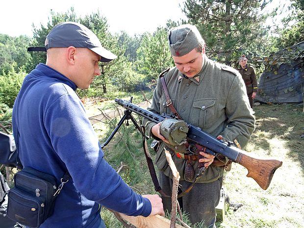 Nekatere puške so bile plastične replike, druge pa prave, a  onesposobljene,  streljale so slepe naboje.