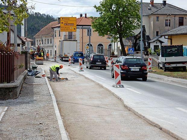 Delovni stroji se z glavne ceste skozi Pivko premikajo proti Snežniški cesti. Ta bo proti Knežaku  zaprta do sredine junija, prav tako bo zaprta cesta proti Trnju. Obvozi bodo urejeni.