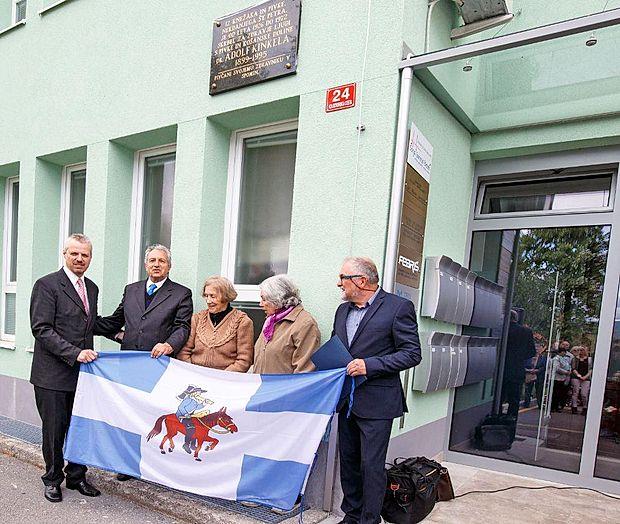 Spominsko ploščo zdravniku Adolfu Kinkeli so odkrili sin   Nikolaj (drugi z leve) in nekdanji sodelavki Mara Moravec ter  Zora Česnik. Na fotografiji sta ob njih še župan Robert  Smrdelj (levo) in Ernest Margon.