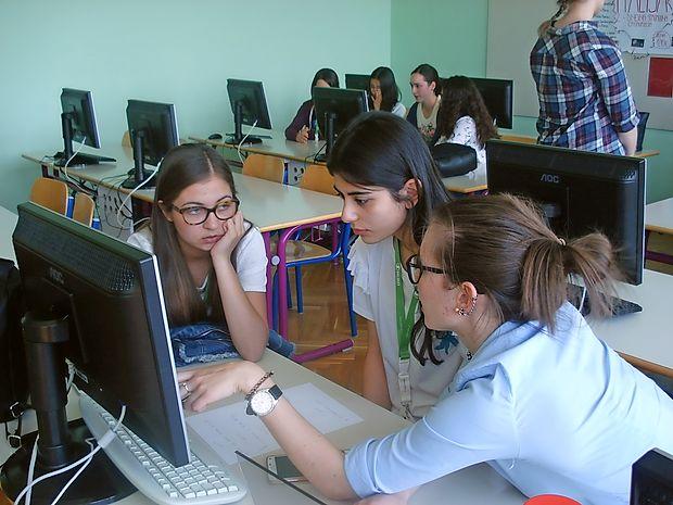 Skupina srednješolcev iz devetih evropskih držav  se je včeraj  in  danes mojstrila v znanju treh tujih jezikov.