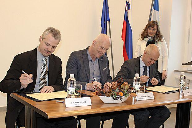 """""""Sporazum s Slovenskimi železnicami je del usmeritve parka,  da v Pivko pripelje čim večje število obiskovalcev,"""" je ob  podpisu poudaril Janko Boštjančič (desno)."""