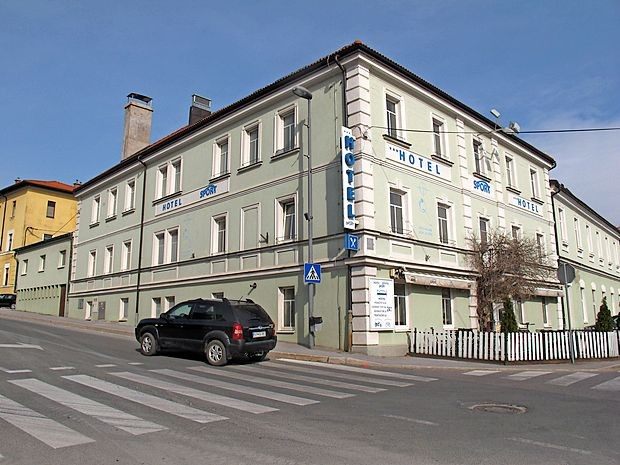 Hotel, ki je, na primer, nedavno gostil spet obujeni pustni ples  v Postojni, je že dvakrat skoraj prešel v druge roke.