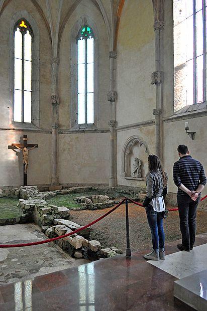 Med popravili cerkve so našli več plasti starih temeljev.