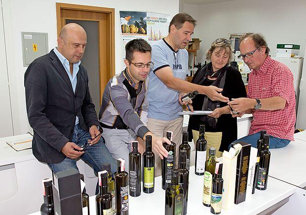 Komisija za izbiro najbolj všečnega oljčnega olja (z desne):  Jaka Jeraša, Milena Bučar Miklavčič, žarko Vodopivec, Vasilij  Valenčič in Sašo Dravinec