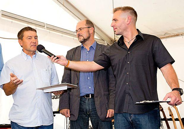Janku Bočaju (levo), prejemniku priznanja za najbolj všečno  embalažo po izboru komisije, je na prireditvi, ki jo je povezoval Iztok Gustinčič, predal direktor UP ZRS dr. Rado  Pišot