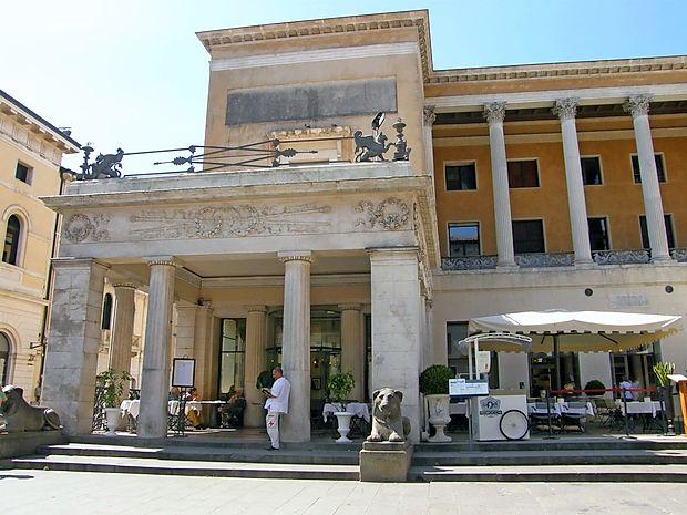 Caffe Pedrocchi - kavarna odprtih vrat, kjer se vse zgodi in nič  ni skrito