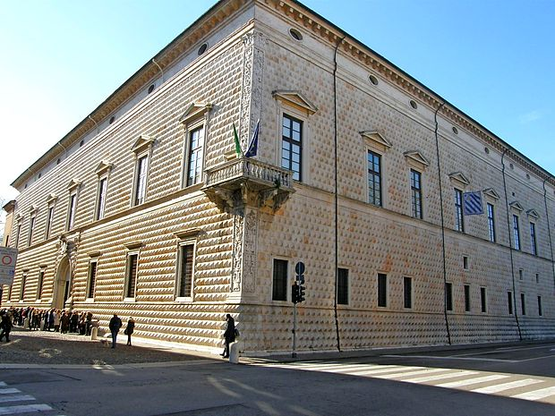 Palača dei Diamanti izstopa z nenavadno fasado.