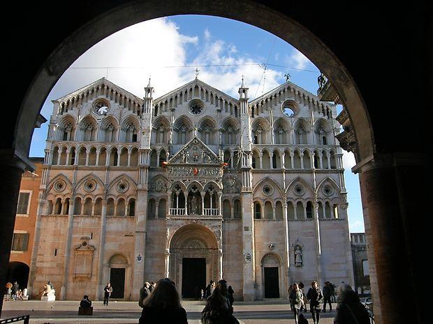 Katedrala sv. Jurija izpod Volta del cavallo v mestni hiši