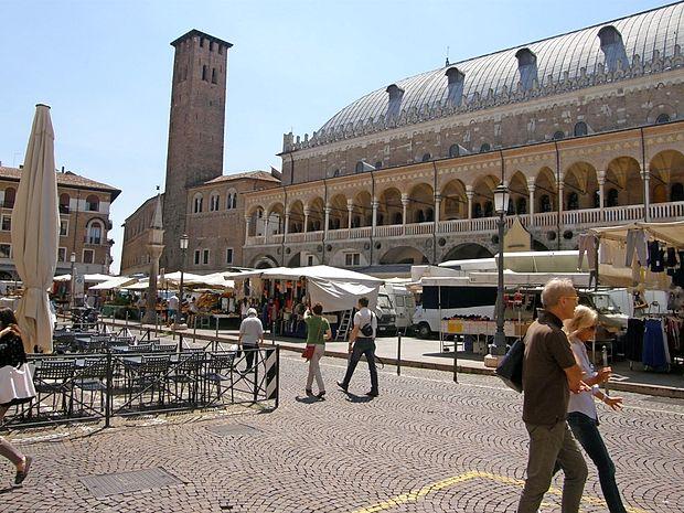 Palazzo della Ragione, ki je obdana z velikimi trgi polnimi stojnic.
