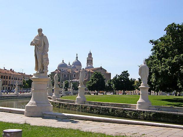 Bazilika sv. Justine ob robu velike trga Prato della Valle