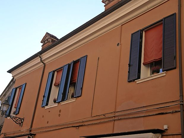 Rdeče zavese na vseh pomembnih stavbah v mestu