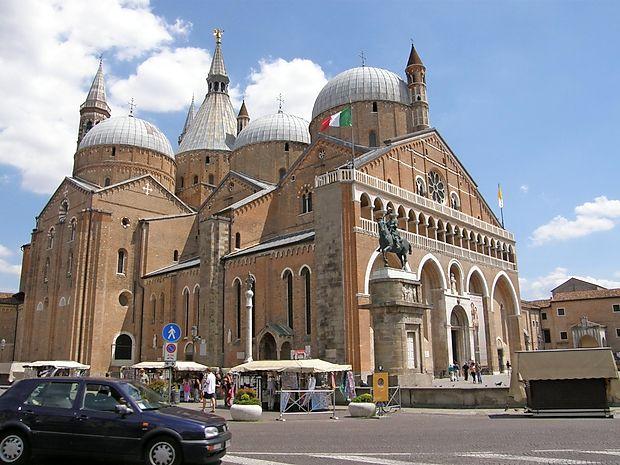 Pod enajstimi kupolami počiva Sv. Anton Padovanski