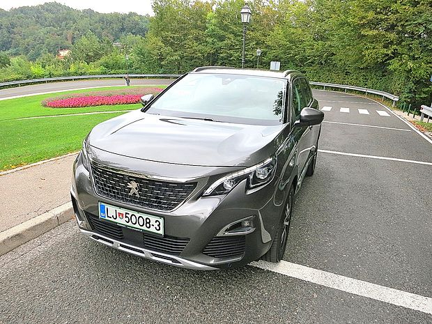 Peugeot 5008 je po novem družinski križanec.