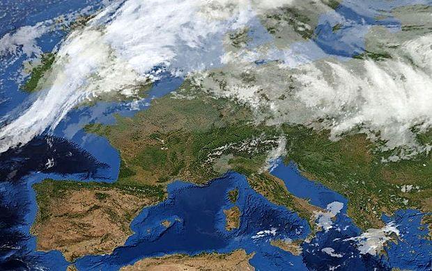 Nad Sredozemljem se krepi obsežno anticiklonsko območje.