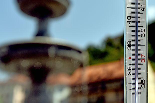 Kljub visokim temperaturam morajo nekateri delati na prostem.