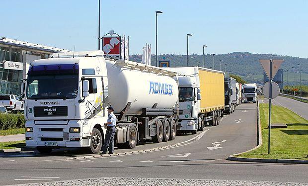 K tvorjenju ozona pripomore  promet, zato bi bilo treba čim več tovora preusmeriti na železnice.