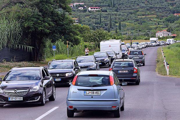 Tudi osebni avtomobili v dolgih kolonah obilno prispevajo k  nastajanju ozona.