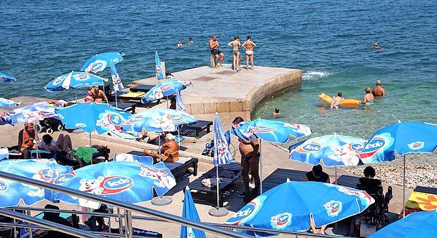 Kopalci na plažah v najhujši pripeki so v nevarnosti tako  zaradi sonca kot tudi zaradi ozona.